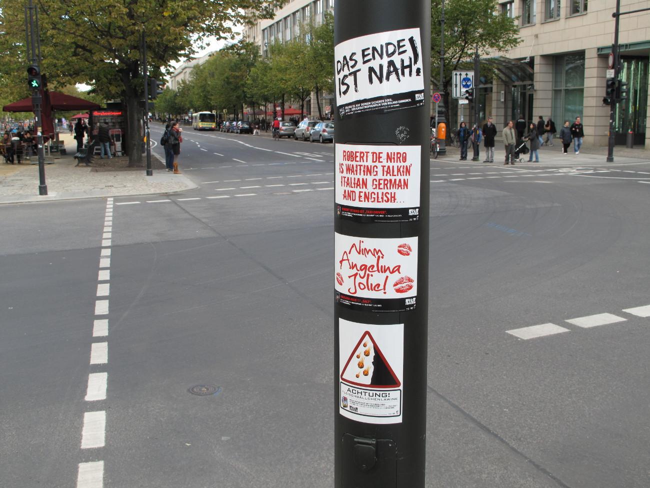 Ablösbare Aufkleber-Werbung an einer Laterne an einer Kreuzung in der Innenstadt