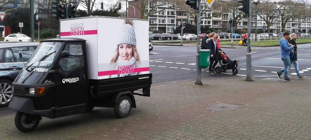 Ape-Werbung an einer Kreuzung für Fashion Label
