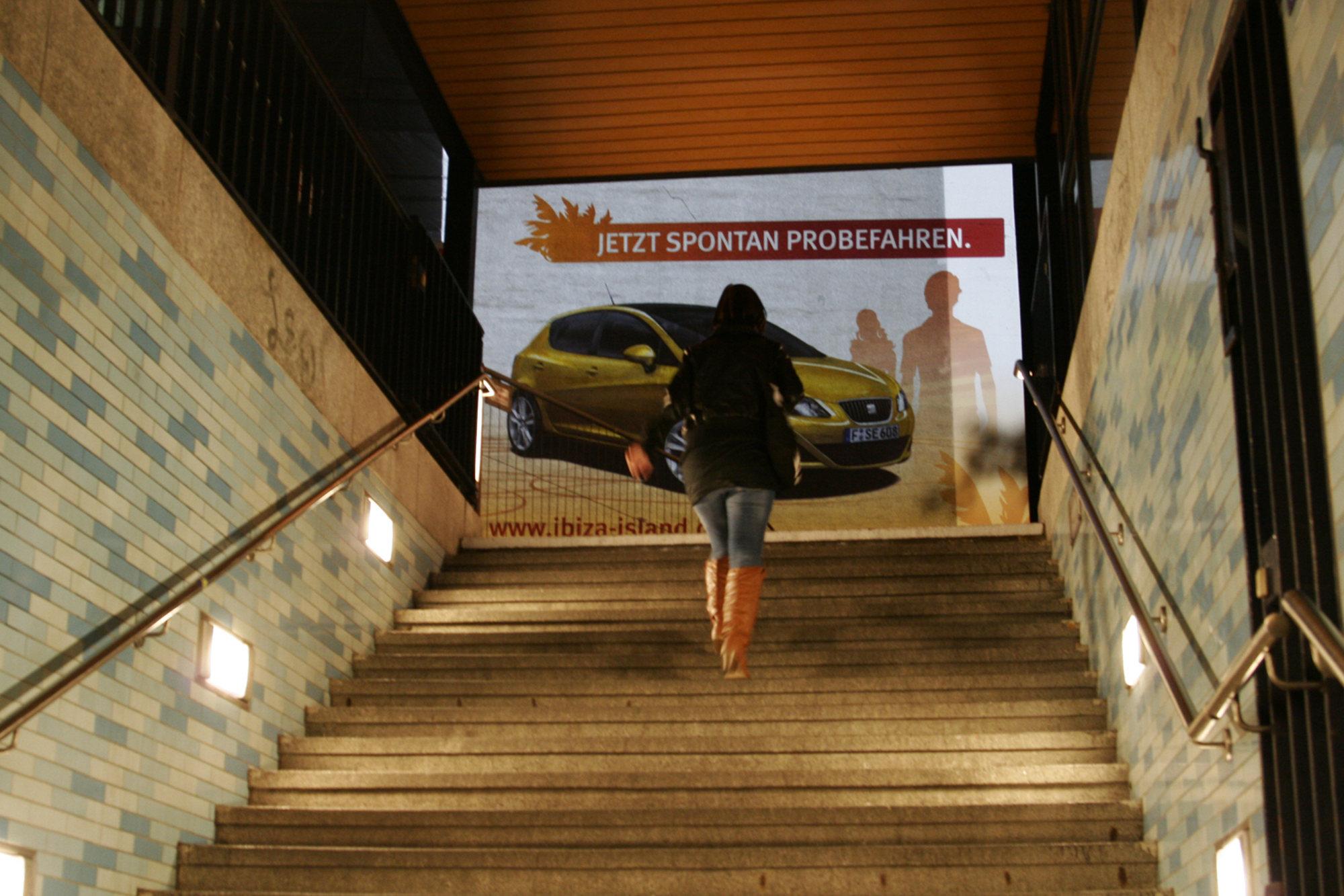 Großprojektion Werbung am U-Bahn Eingang - Digitales-Riesenposter