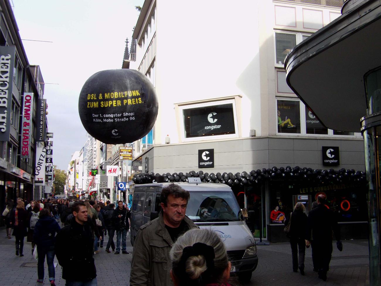Heliumballon-Werbung AirBalls Promo in der Fußgängerzone für Congstar