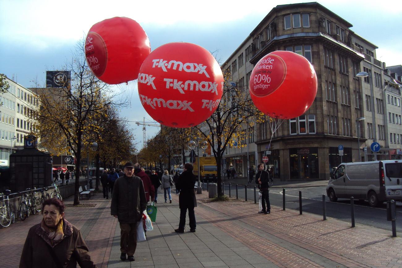 Heliumballon-Werbung mit Promotion AirBalls für TKMaxx in Hannover Innenstadt