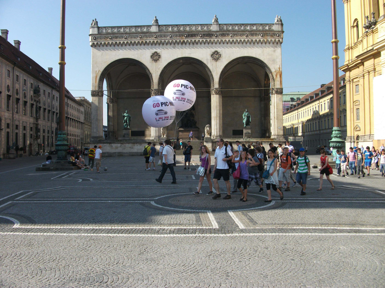 Heliumballon-Werbung - Airball-Promotion an öffentlichem Platz mit Menschenmenge
