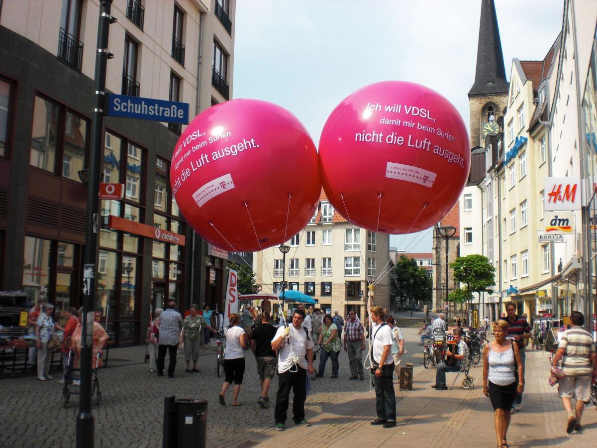 Innenstadt Airball Promotion mit Heliumballonwerbung für die Telekom in der Fußgängerzone