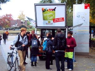 Studenten holen sich gratis Kaffee beim KaffeeMobil direkt auf dem Campus der Universität