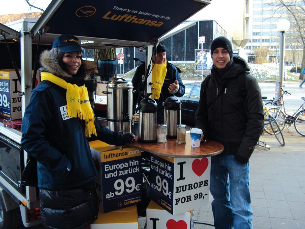 Kaffeemobil - Werbung mit Kaffeebar und bedruckten Kaffeebechern