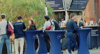 Stehtische mit bedruckten Überzügen ergänzen das KaffeeMobil und erhöhen die Verweildauer