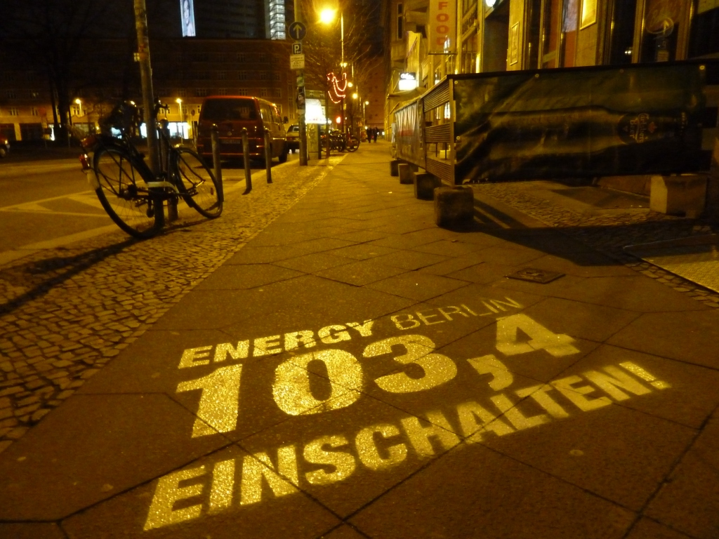 KreideStencils für Radio Energy - Straßengraffiti auf dem Fußweg - Street-Marketing