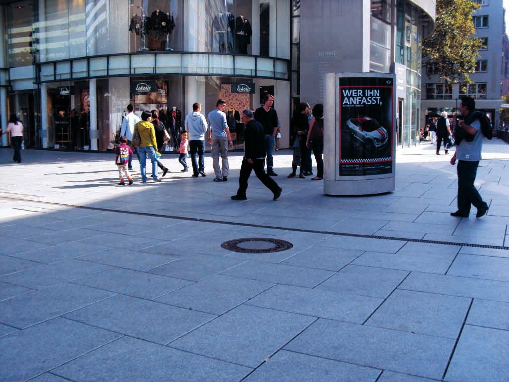 BMW Mini Werbung mit mobilem City Light Poster - ferngesteuerter CLP-Mover in der Frankfurter Fußgängerzone in der Innenstadt