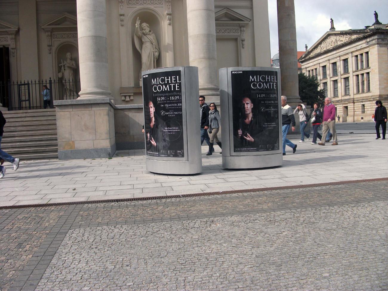 2 Mobile City-Light-Poster viele Passanten gehen am Werbeträger vorbeivisco