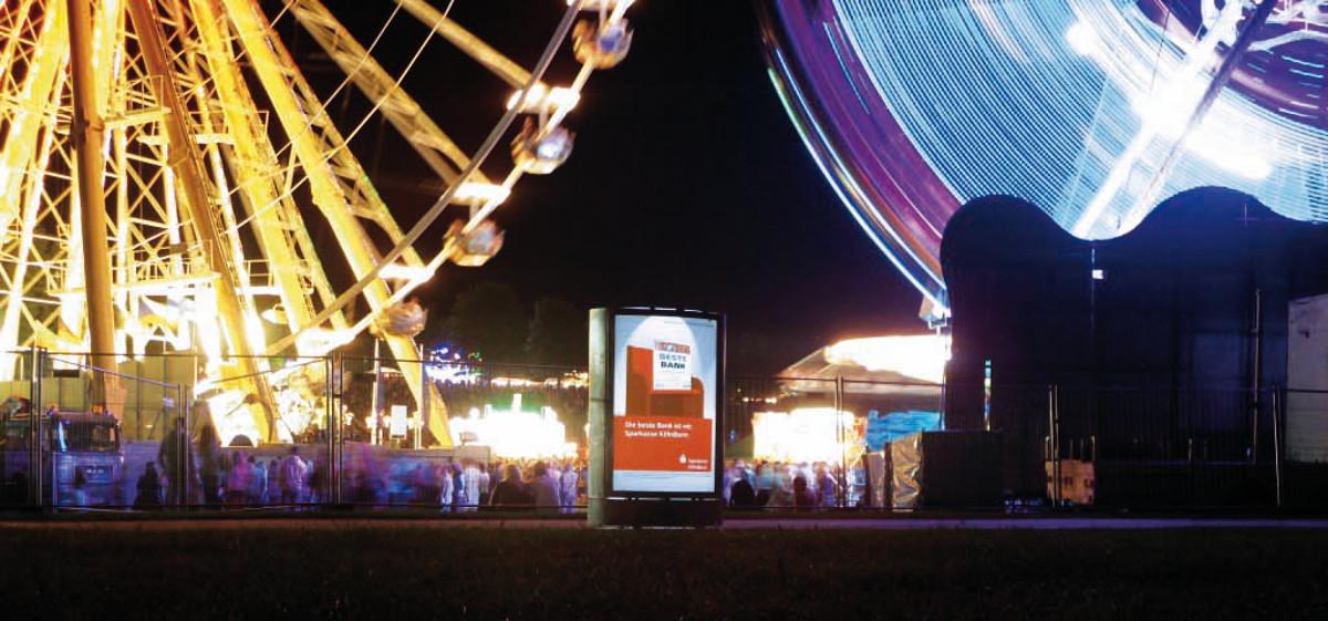 Mobile City Light Poster - ferngesteuerter CLP-Mover beleuchtet an der Rheinkirmes vorm Riesenrad