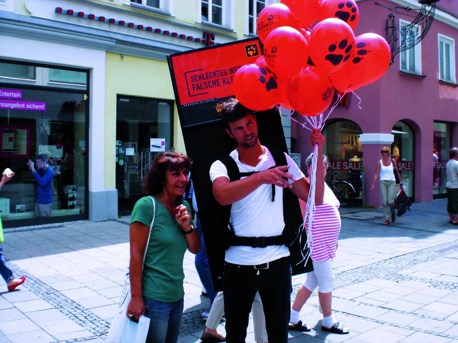 MovingBoard-Aktion von inovisco mit Luftballon-Verteilung in der Fußgängerzone