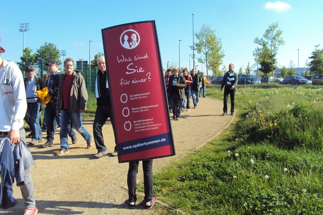 Moving-Board-Aktion vor Fußballstadion