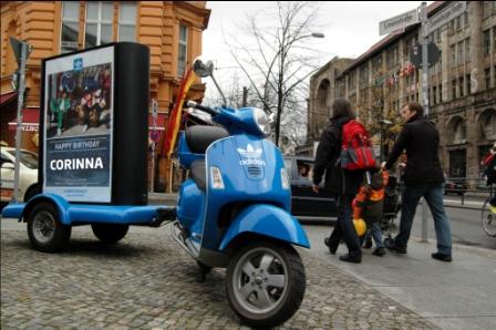 PromoScooter Vollbranding Adidas in der Fußgängerzone