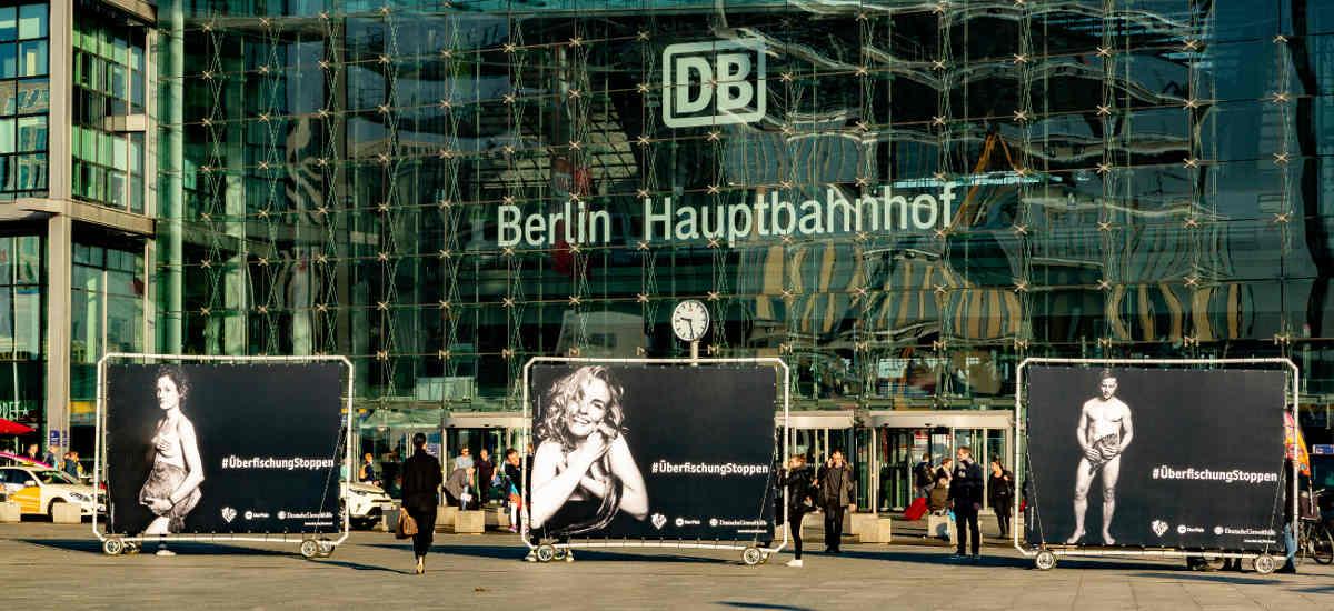 Mobile 18/1-Großflächen - PromoWalls vor BErliner HBF