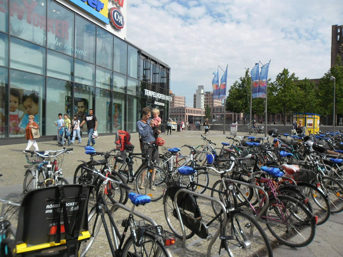 Sattel-Werbung - BikeCaps in der Innenstadt vor einem Einkaufszentrum - Fahrradwerbung