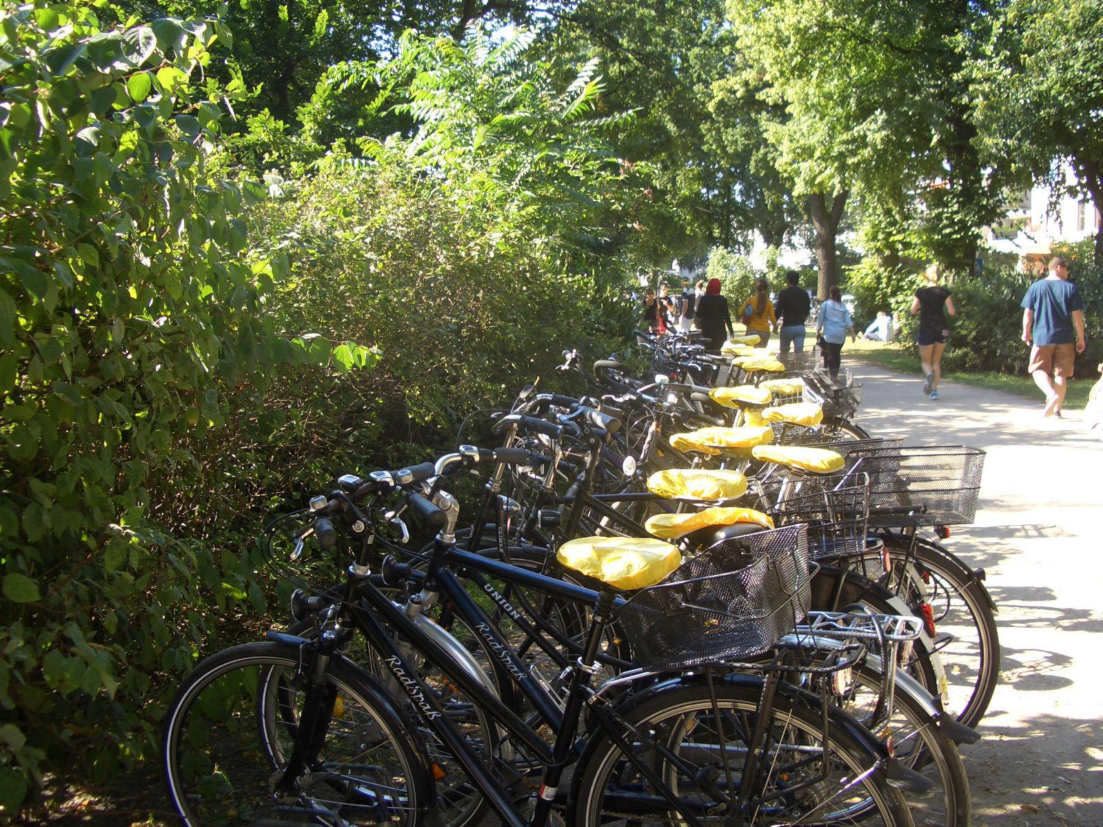 Sattel-Werbung mit BikeCaps im Stadtpark - Fahrradwerbung