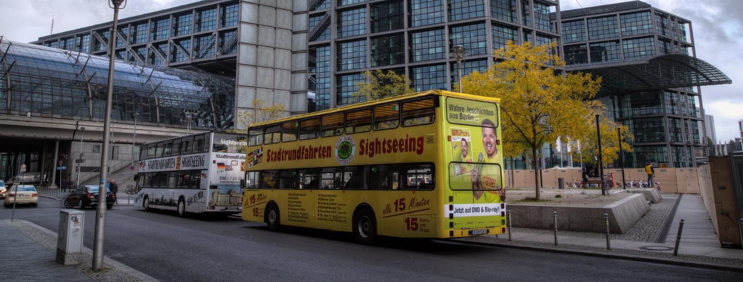 Sightseeing-Bus Werbung in Berlin - Heckwerbung für Mario Barth am Bahnhof