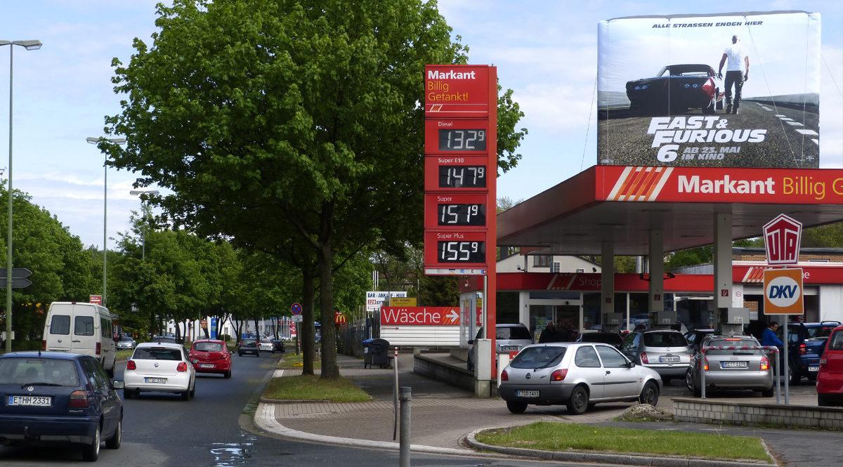 StationLights Tankstellen-Werbung auf Tankstellendach mit Inflatables-Promotion