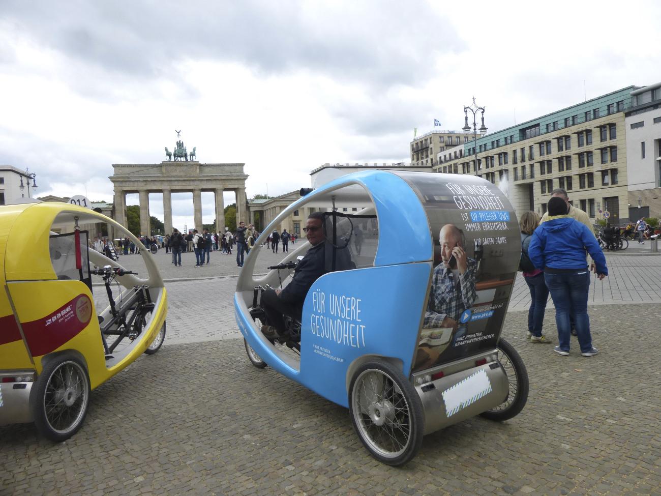 Velotaxi-Werbung-Fahrrad-Rikscha-Verkehrsmittelwerbung-Brandenburger-Tor