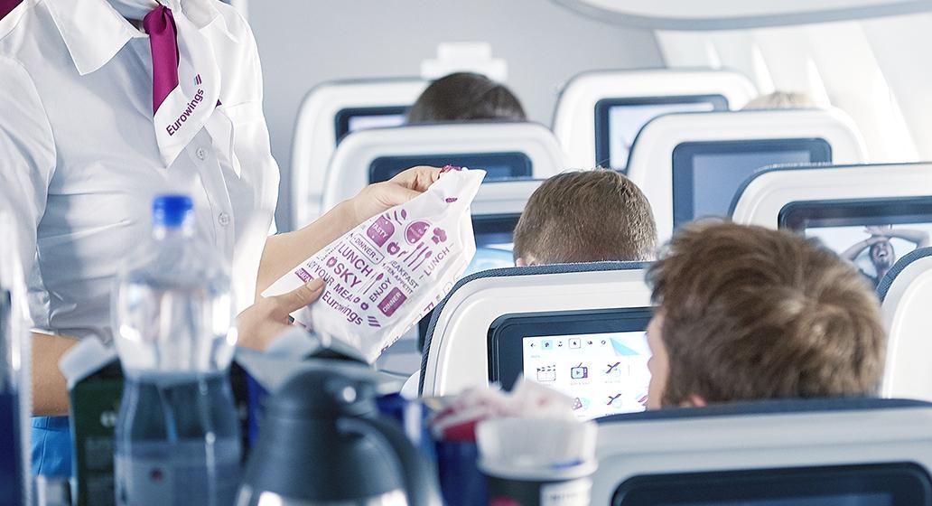 Werbung im Flugzeug - Smartbeutel Sampling - Verteilung an Passagiere