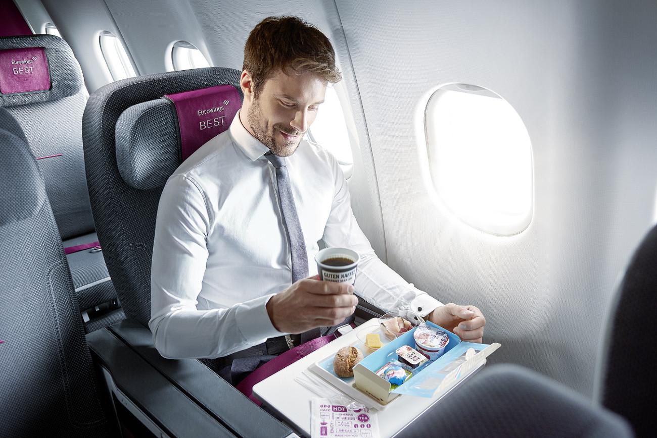 bedruckte Getränkebecher - Werbung im Flugzeug