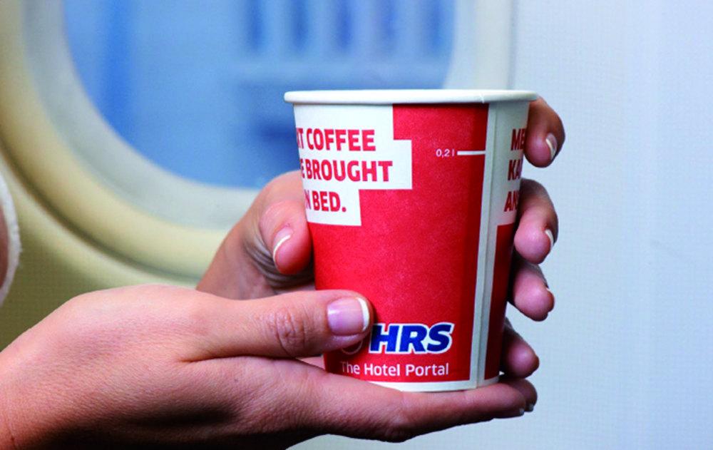 Werbung in Flugzeugen mit bedruckten Getränkebechern