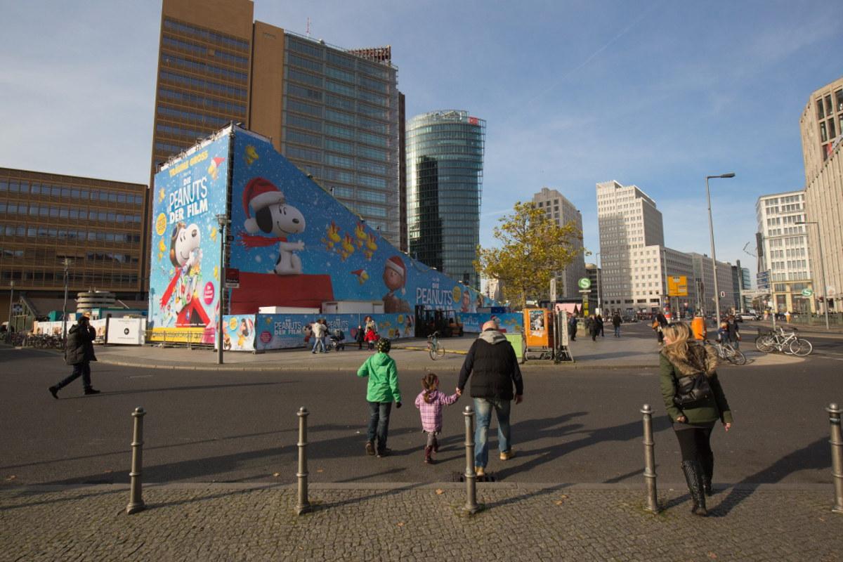 mobile Rodelbahn - Werbung für Kinofilm Peanuts - Passanten gehen vorbei