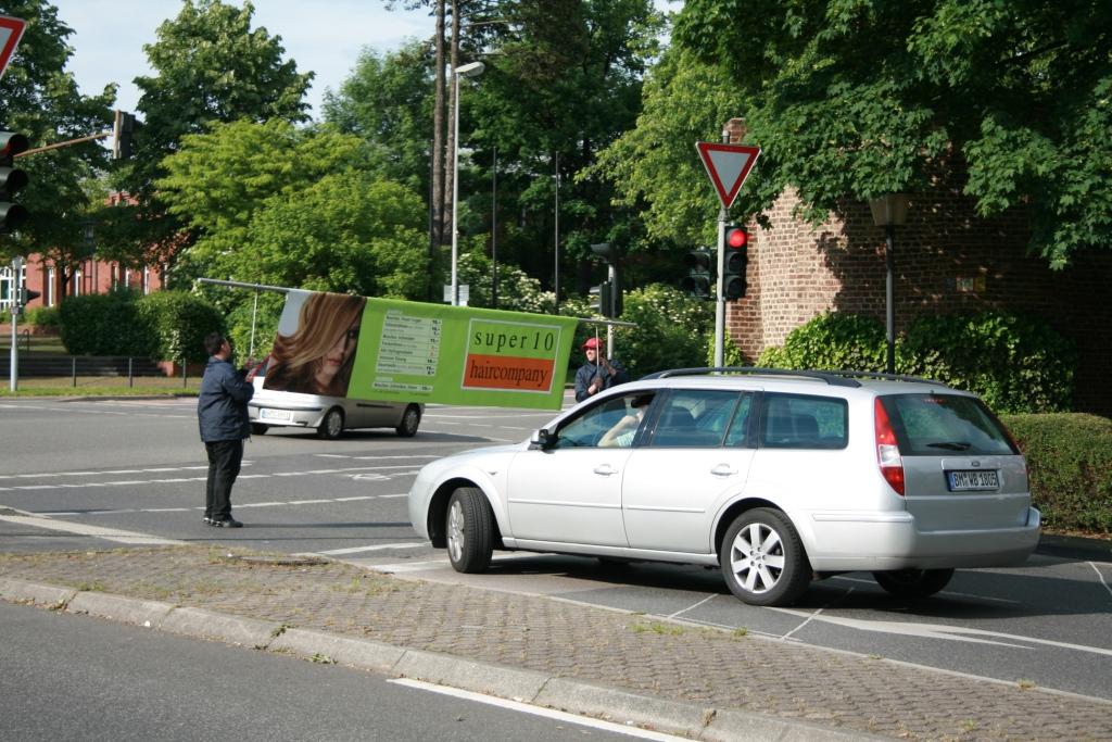 mobiles Werbebanner -Runningbanner von inovisco an einer Kreuzung vor der Ampel