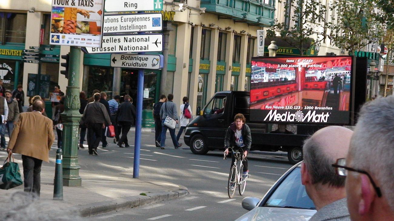 Mobiler LED-Truck mit digitalem Werbebildschirm fährt durch die Innenstadt