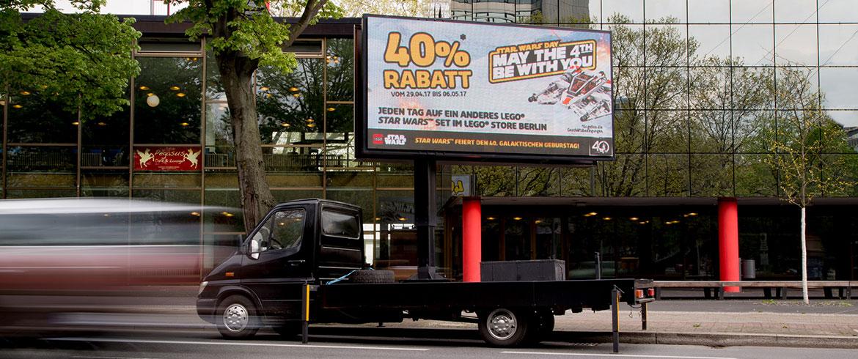 mobiler LED-Truck - Bildschirmwerbung für LEGO auf Werbefahrzeug an Hauptstraße