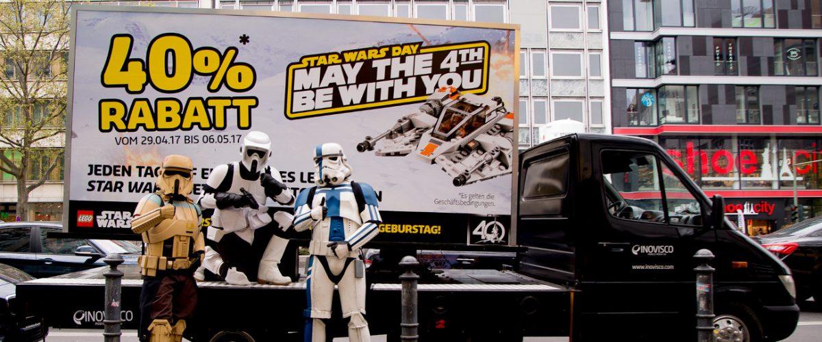 Mobiler LED-Truck mit Bildschirmwerbung von LEGO Starwars mit Stormtrooper Maskottchen