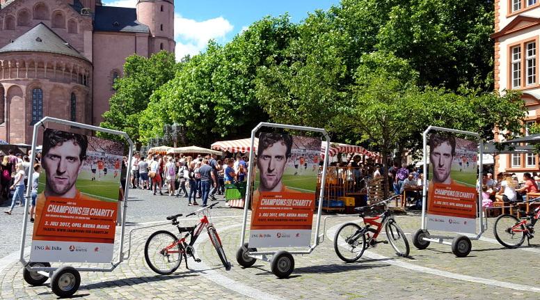 Fahrradanhänger-Werbung in der Mainzer Fußgängerzone am Wochenmarkt