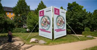 Großflächenplakate hochkant im 18/1 Format, aufgestellt im Park