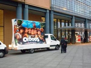 Mobile Werbefläche dient als Kinoplakat