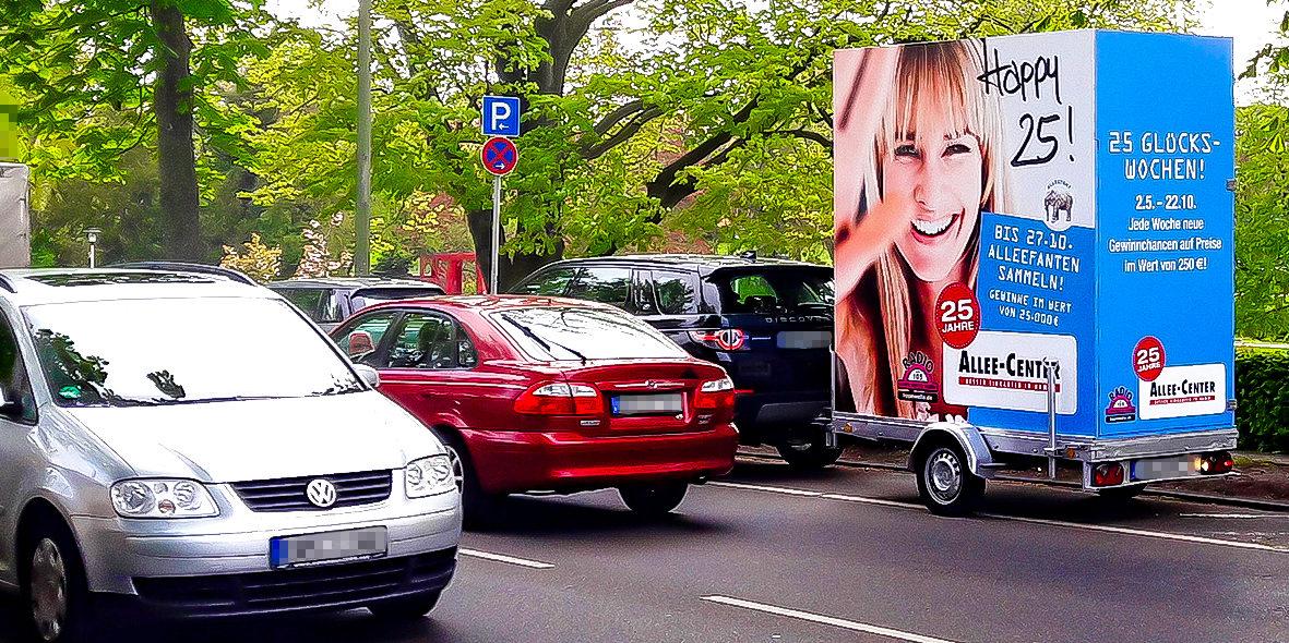 Rechteckiger Werbeanhänger aufgestellt am Straßenrand