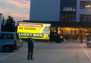 beleuchtete mobile Werbefläche auf einem Parkplatz
