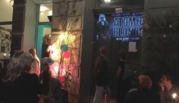 Werbeprojektionen - Guerilla-Beamer als Lichtwerfer für Atomic Blonde in Berlin