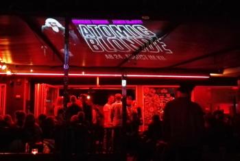 Werbeprojektion vor einer Bar - Guerilla-Beamer wirft Motiv an die Decke