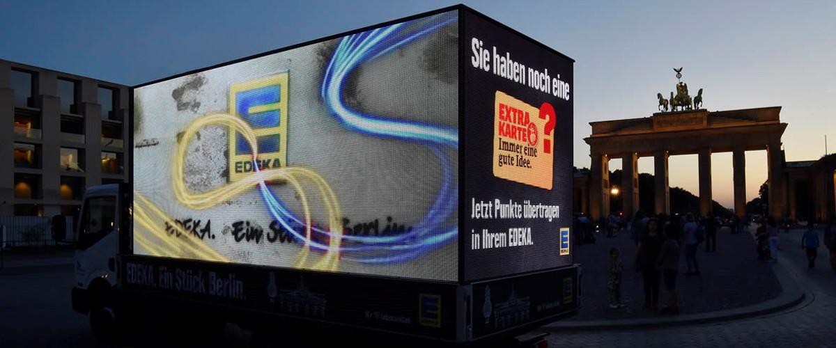 Beleuchtete Werbefläche auf LED Lkw in Berlin