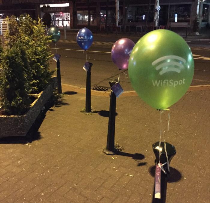 Guerilla-Ballons mit Flyern an Pöllern festgebunden