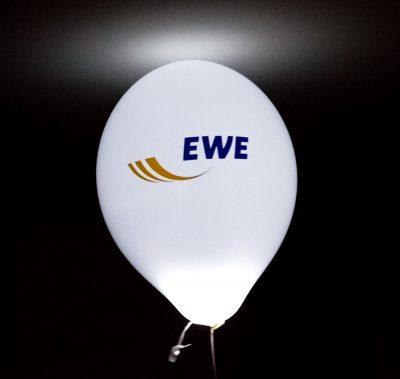 LED-Ballon bedruckt mit Logo von EWE