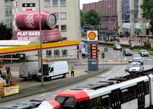 Inflatable auf Tankstelle am Messe-Kreisel in Köln - Messemarketing zur Gamescom