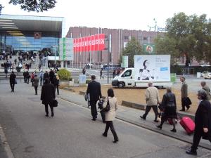 Werbemobil geparkt am Zugang zur Messe Köln