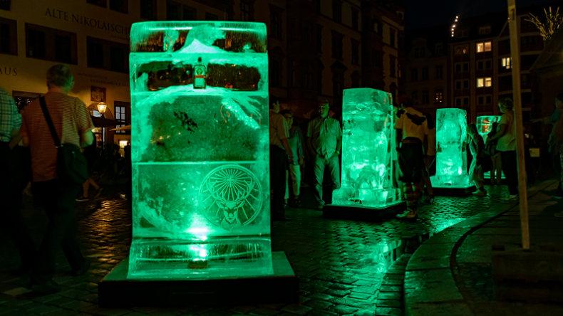 4 Eisplakate mit neongrüner Beleuchtung - Jägermeister Werbung bei Nacht
