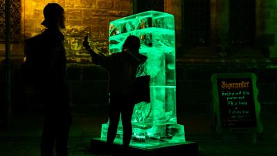 Eisplakat von Jägermeister bei Nacht - eine umliegende Bar startet Shots for free Aktion für Gäste, die ein Selfie mit Eisplakat auf Facebook oder instagram posten