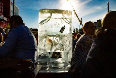 Eisplakat mit Jägermeisterflasche auf dem Nachtmarkt auf dem Spielbudenplatz in Hamburg