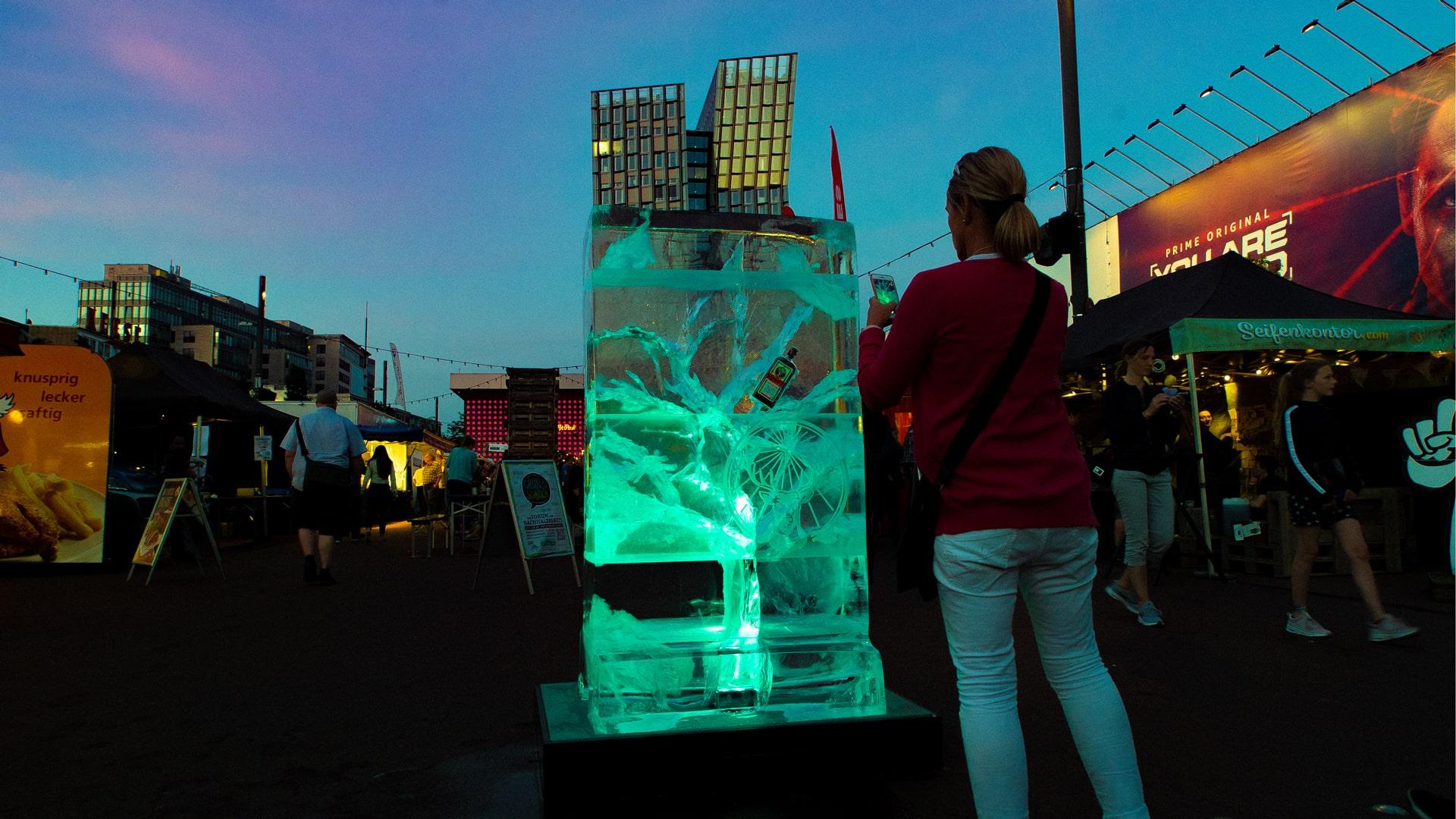 Eisplakat mit beleuchtung wird von Frau fotografiert - Hamburg Spielbudenplatz