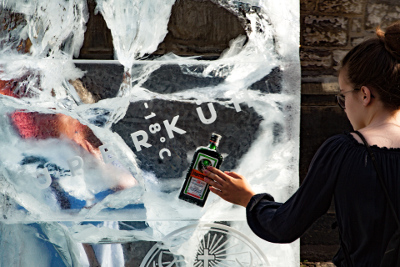 Flasche in Eisplakat gefroren -18°C das neue Jägermeister Motto zum anfassen