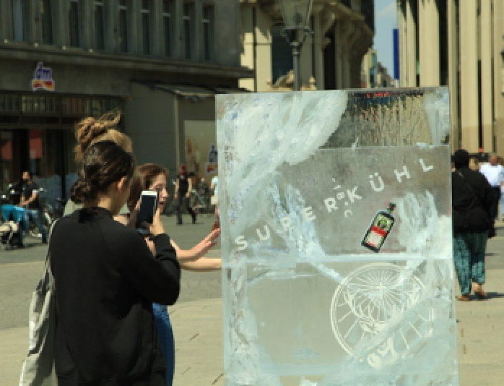 Jägermeister Werbung mit Eisplakaten