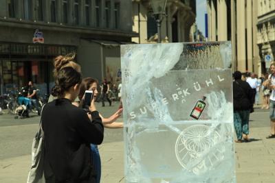 Jägermeister Werbung mit Eisplakaten - Flasche wurde in Eisblock gemeißelt - Passanten machen Fotos von der Ambient Media Sonderumsetzung